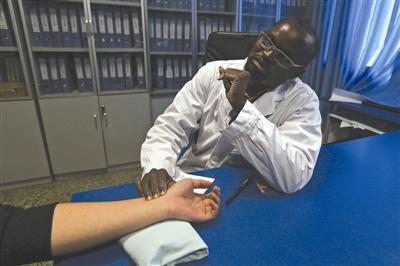 成都黑人中医行医30年 中药到底有没有副作用资讯生活